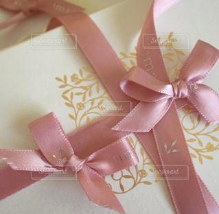 ピンクのリボン 記念日はアクセサリーのプレゼントの写真・画像素材[1048434]