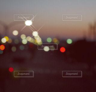 夕闇の道路の写真・画像素材[1078456]