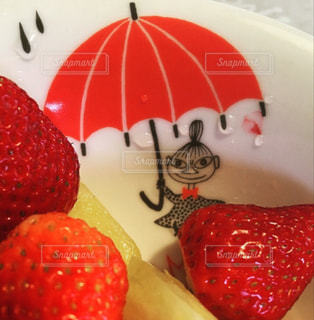 スイーツ,雨,傘,赤,水,水滴,苺,デザート,フルーツ,可愛い,キャラクター,パイナップル,おいしい,器,雫,梅雨,天気,お皿,コンテスト,雨の日,フレッシュ,梅雨入り,アンブレラ,フォトジェニック,ミー