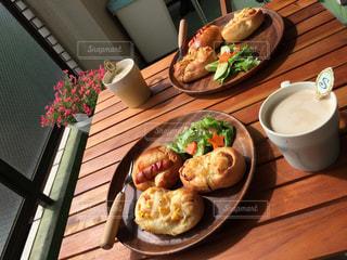 木製のテーブルの上に食べ物のプレートの写真・画像素材[1162025]