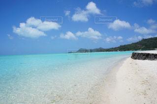 水の体の横にある砂浜のビーチの写真・画像素材[1014551]