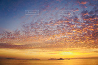 自然,海,空,夕日,絶景,海外,雲,島,夕焼け,船,夕方,水平線,うろこ雲,海外旅行