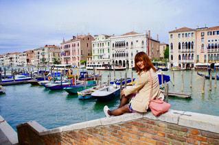 港に座る女性の写真・画像素材[1286278]