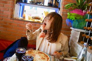 食事をする女性の写真・画像素材[1286297]
