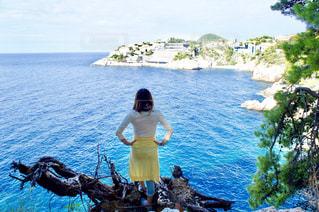 アドリア海を眺める女性の写真・画像素材[1316436]