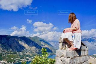 景色を眺める女性の写真・画像素材[1325492]