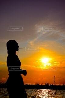 夕日と海と女性のシルエットの写真・画像素材[4667055]
