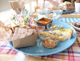 テーブルな皿の上に食べ物のプレートをトッピングの写真・画像素材[1037072]