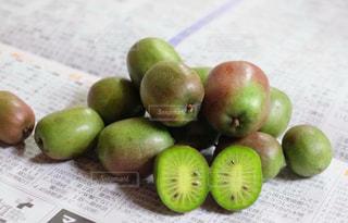テーブルの上に座って果実のグループ - No.1037298