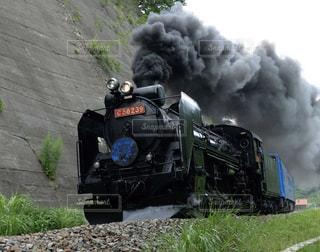 それから出てくる煙とトラックの蒸気機関車の写真・画像素材[1162441]