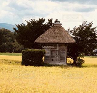 フィールドの真ん中に家の写真・画像素材[1213433]