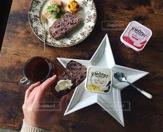 食べ物の皿をテーブルの上に置くの写真・画像素材[3961806]
