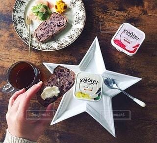 食べ物の皿をテーブルの上に置くの写真・画像素材[3961839]
