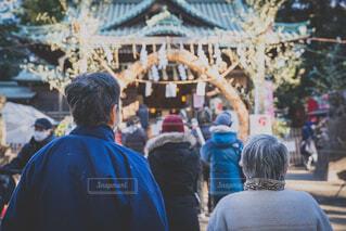 初詣に来て神社の列に並ぶ老夫婦の後ろ姿の写真・画像素材[4047119]
