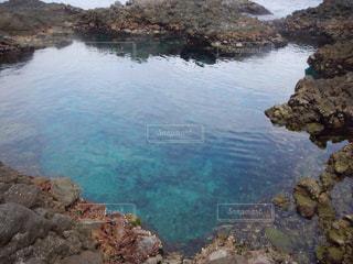 水と背景の山と岩の崖の写真・画像素材[1033838]