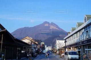 背景の山と建物の写真・画像素材[1099482]