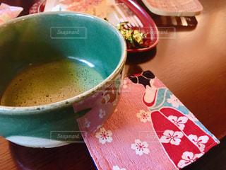 テーブルの上のコーヒー カップの写真・画像素材[1047885]