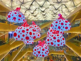 近くにカラフルな傘のアップの写真・画像素材[1069011]