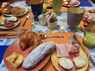 テーブルな皿の上に食べ物のプレートをトッピングの写真・画像素材[1148055]