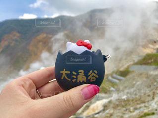 山を持っている手の写真・画像素材[1222673]