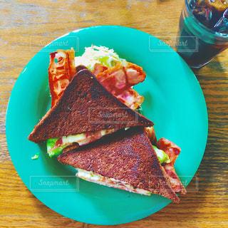 テーブルの上に食べ物のプレートの写真・画像素材[1271071]