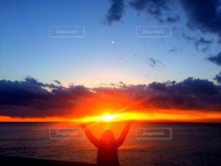 いくつかの水に沈む夕日の写真・画像素材[1271093]