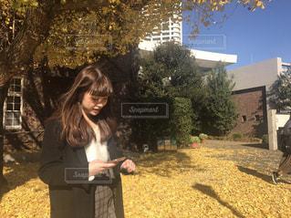 フィールドに立っている女の子の写真・画像素材[1609951]