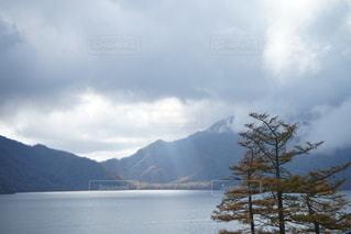 山を背景にした水域の写真・画像素材[2681965]