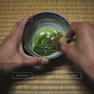 お茶を立てて和を感じるの写真・画像素材[998234]