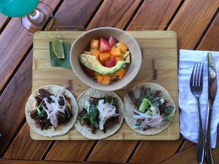 木製のテーブルの上に食べ物のプレートの写真・画像素材[1041405]