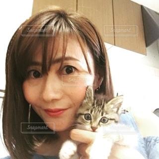 猫を抱いている女性の写真・画像素材[2700984]
