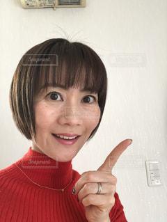 赤いシャツを着て、カメラに向かって微笑む人の写真・画像素材[2969176]
