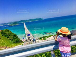 角島の海を眺める少女の写真・画像素材[1388376]