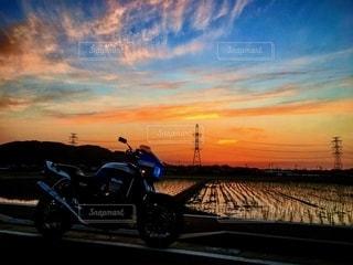 夕焼けのあるオートバイの写真・画像素材[2467829]