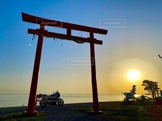 自然,風景,海,空,屋外,太陽,朝日,バイク,鳥居,日の出