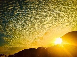自然,風景,空,屋外,太陽,朝日,日の出,うろこ雲,鱗雲,ウロコ雲