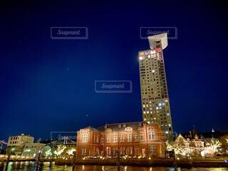 夜にライトアップされた時計塔の写真・画像素材[4068188]