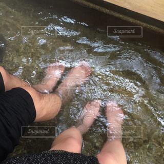 足湯にふたりの写真・画像素材[1020528]