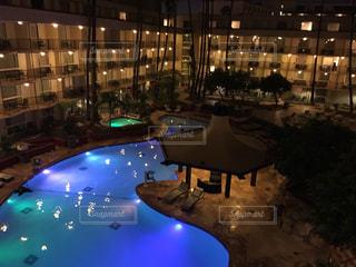ロサンゼルス ホテルの中庭にプールの写真・画像素材[1002959]