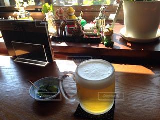 コーヒーやビール、テーブルの上のガラスのカップの写真・画像素材[1003365]