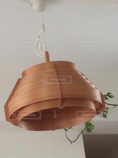 テーブルの上のランプの写真・画像素材[1009386]