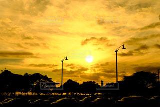 夕焼け空に浮かぶ雲のグループの写真・画像素材[1018405]