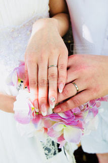 ピンクと白の花を持つ手の写真・画像素材[1169321]