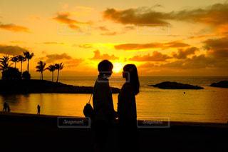 海辺に立っている男女の写真・画像素材[1271336]