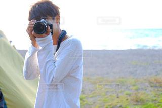 カメラを持って男の写真・画像素材[1834453]