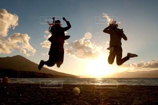 夕日にジャンプの写真・画像素材[3024877]