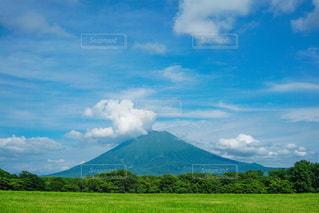 大きな山と青い空の写真・画像素材[3431749]