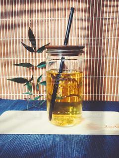 近くにガラス花瓶をテーブルの上のの写真・画像素材[1051142]