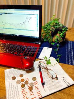 テーブルの上に座って株式投資の写真・画像素材[1060849]