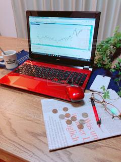 テーブルの上に座って株式に投資の写真・画像素材[1060852]
